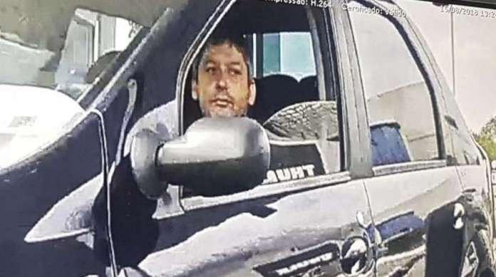 Paulo Maurício foi flagrado por câmeras de um shopping seguindo Karina em um carro preto