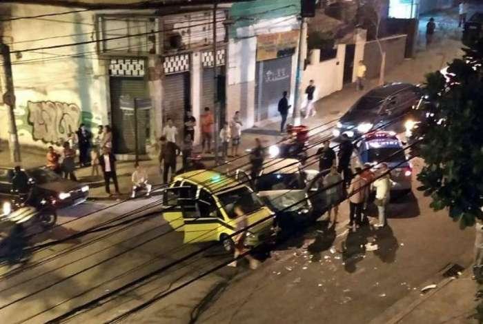 Táxi foi atingido em cheio por um carro de passeio
