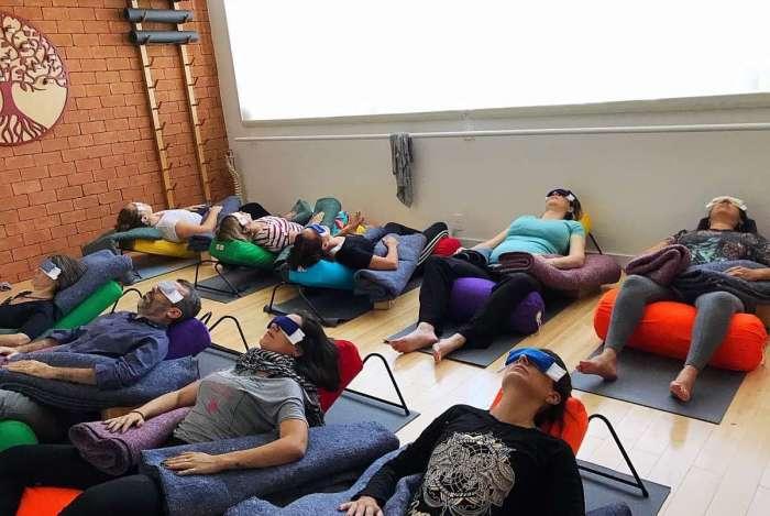Yoga Restaurativa busca o relaxamento físico, mental e emocional