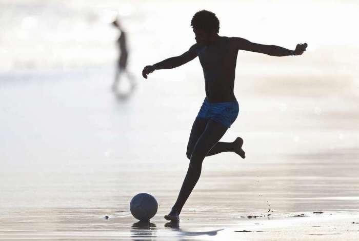 Clima Tempo - Movimentação de cariocas e turista na orla da praia do Arpoadore Ipanema. Foto: DanielCastelo Branco / Agência O Dia