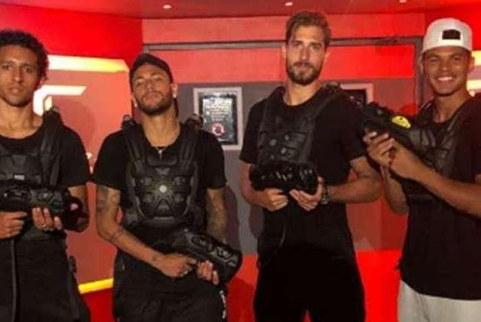 Neymar ao lado dos companheiros do PSG