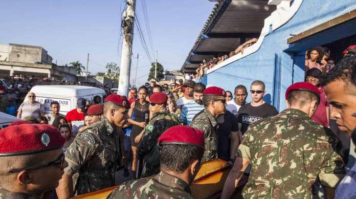 Enterro do soldado Jo�o Viktor, morto durante opera��o das For�as Armadas na Zona Norte do Rio