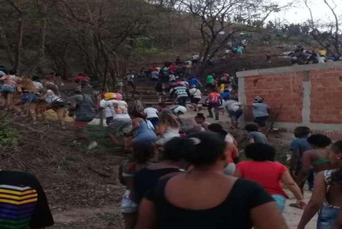 Imagens divulgadas no início da noite de ontem em redes sociais e coletivos mostram moradores seguindo para a mata no Complexo da Penha