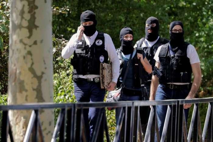 A polícia da França investiga as motivações do crime.