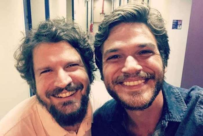 Saulo Fernandes e Emilio Dantas posam juntos