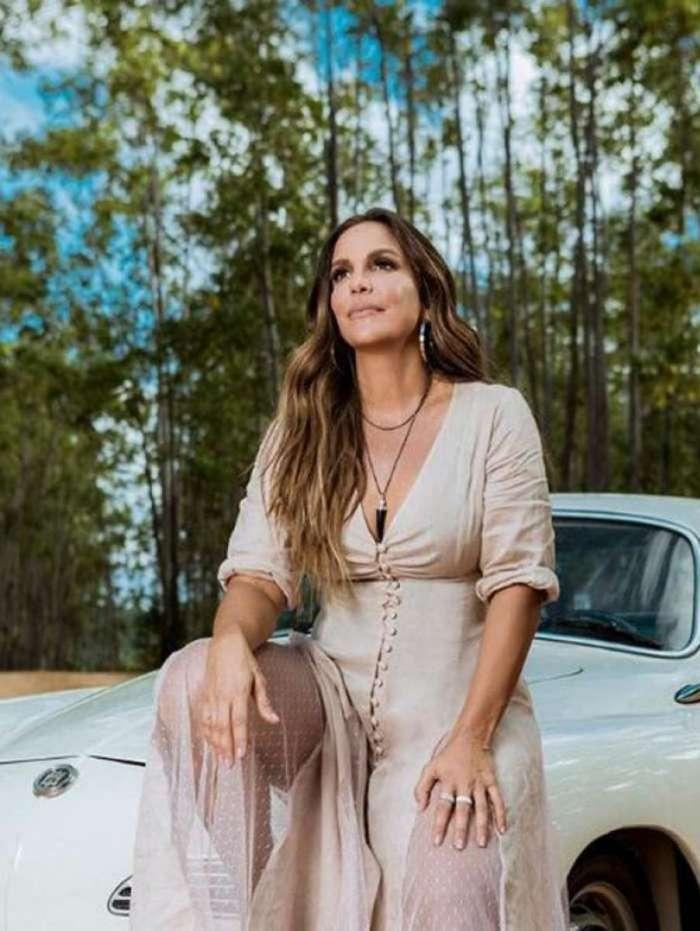 Ivete Sangalo elogia sua própria foto: 'que mulher'
