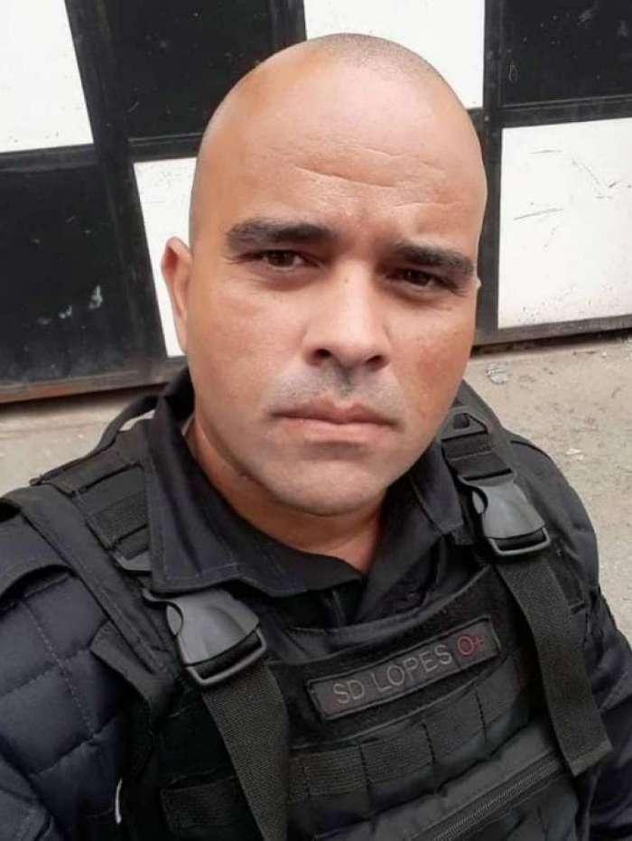 O PM era lotado no batalhão de São João de Meriti (21º BPM) e foi morto após deixar a namorada em casa e ser abordado em uma rua de Nova Iguaçu