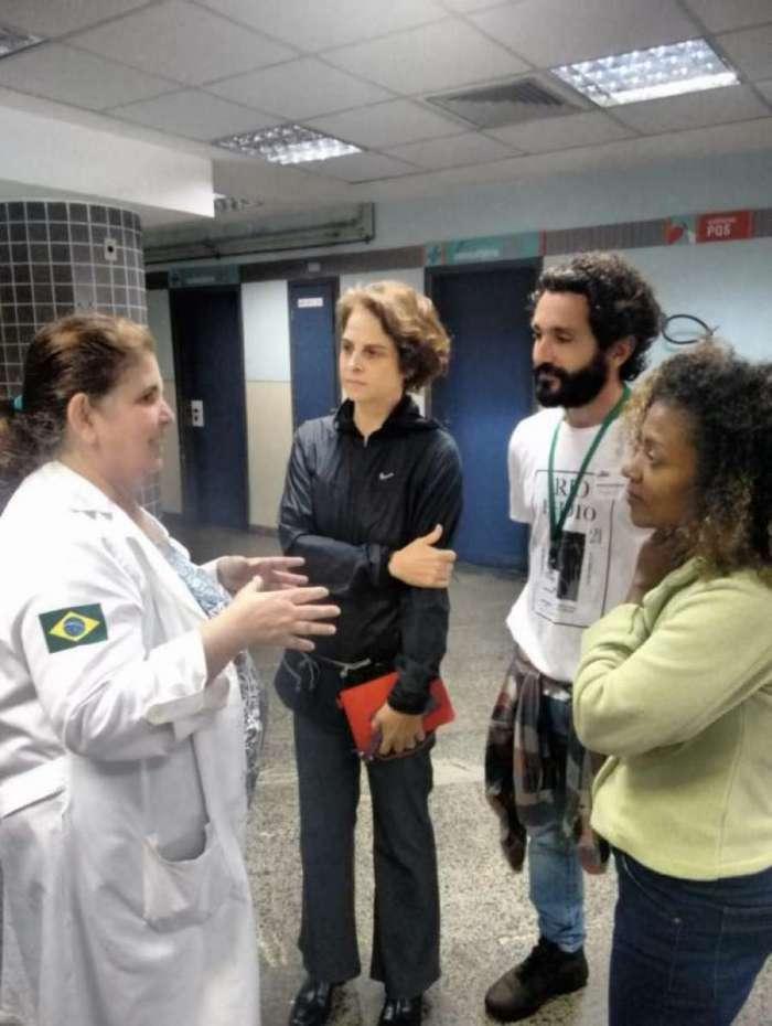 Drica Moraes e equipe do 'Sob Pressão' fazendo laboratório no Hospital Souza Aguiar