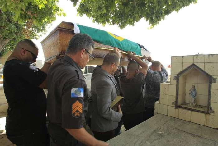 O soldado Lopes foi enterrado nesta sexta em São João de Meriti
