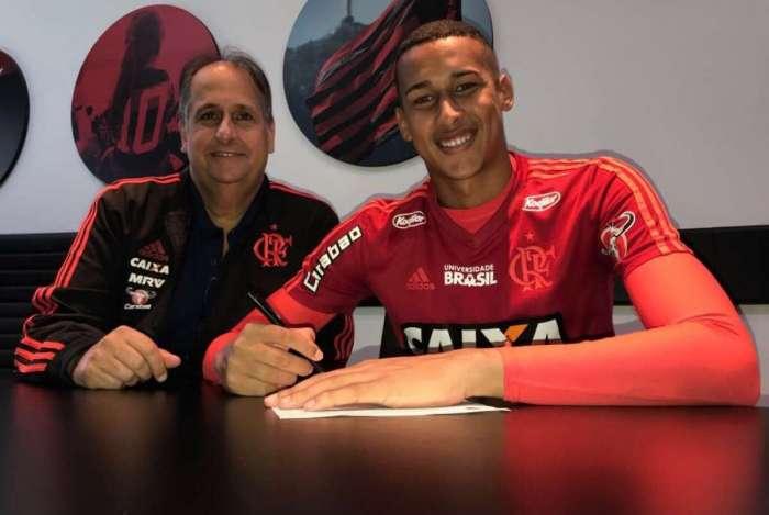 Flamengo anuncia renovação de contrato de Gabriel Batista até 2022