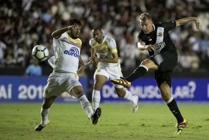 O argentino Maxi López comandou a heroica vitória do Vasco sobre a Chapecoense: duas assistências e um gol para afastar o time da crise