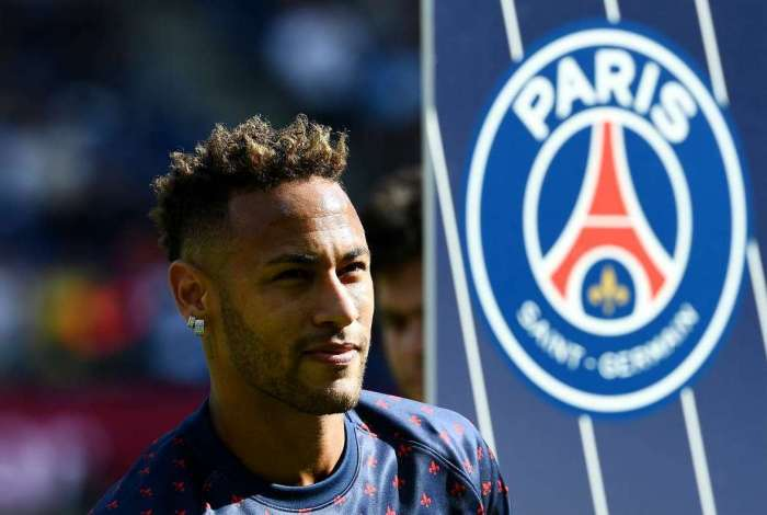 Paris Saint-Germain's Brazilian forward Neymar looks on ahead of the French L1 football match between Paris Saint-Germain (PSG) and Angers at the Parc des Princes stadium in Paris on August 25, 2018.    / AFP PHOTO / FRANCK FIFE