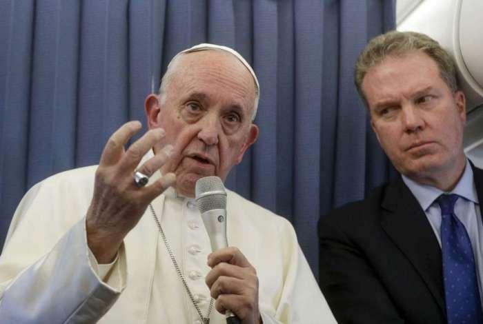 Papa Francisco se dirige a repórteres durante uma coletiva de imprensa durante o retorno da Irlanda ao Vaticano no final de sua visita de dois dias à Irlanda