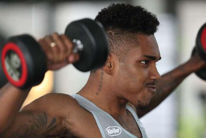 Vitinho, atacante do Flamengo, faz trabalho na academia no Ninho do Urubu