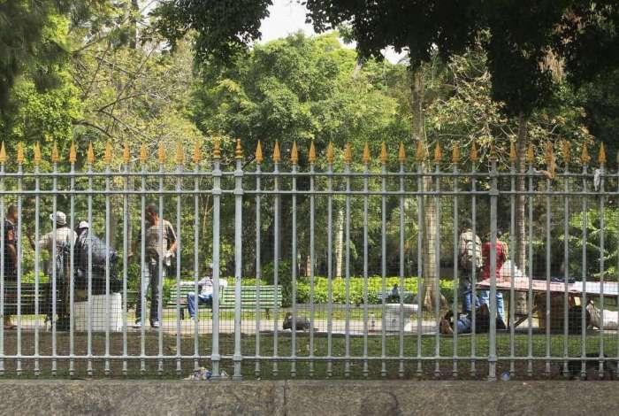 Vandalismo,sujeira, grades ou suas pontas roubadas,moradoras de rua e roubo de animais fazem parte do dia a dia do Campo de Santana, no centro do Rio.