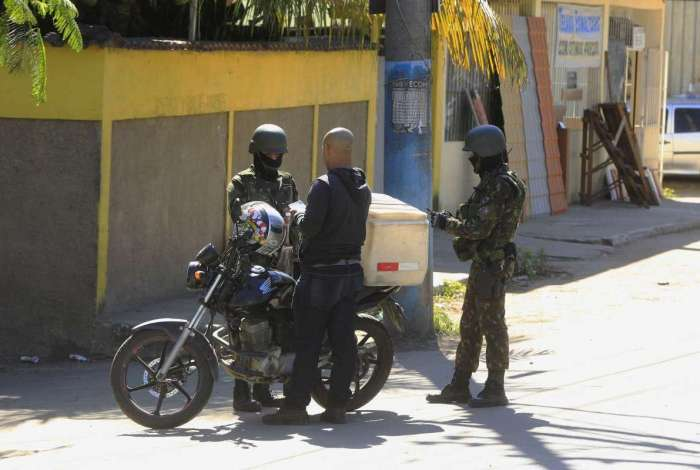 Militares checaram antecedentes criminais de quem entrava ou saía da comunidade