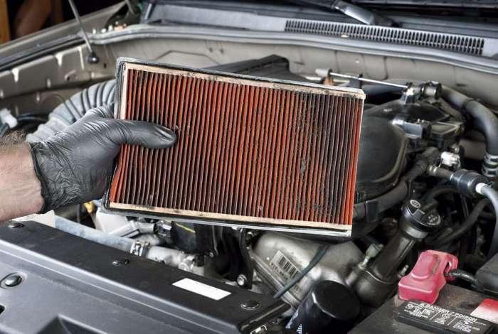 O filtro de ar do carro é responsável por reter poluentes que prejudicam o rendimentodo motor