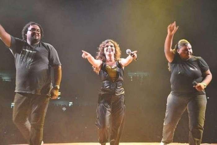 Aline Barros em apresentação com a backing vocal Rejane Magalhães