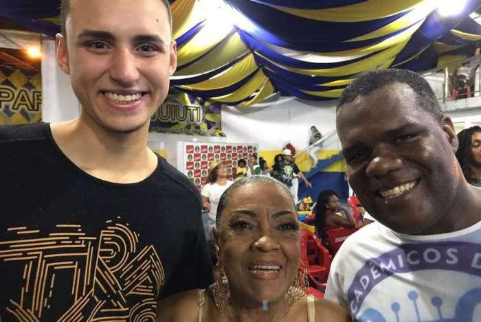 Portelense Vilma Nascimento dá dicas a Anderson Morango (direita) e ao mestre-sala Wladimir Bulhões