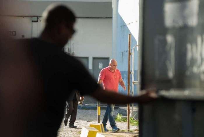 Delegado Rodrigo Santoro chega ao presídio de Benfica, na Zona Norte