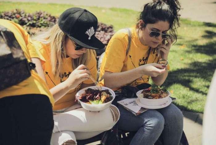 Marília Mendonça e equipe comendo quentinha nas ruas de Goiânia