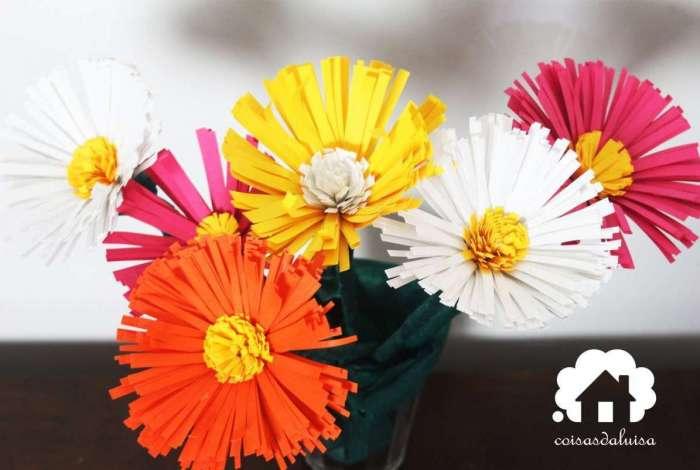Cada flor de papel teve o custo de R$ 0,65. Assista ao vídeo e veja como é fácil fazer.