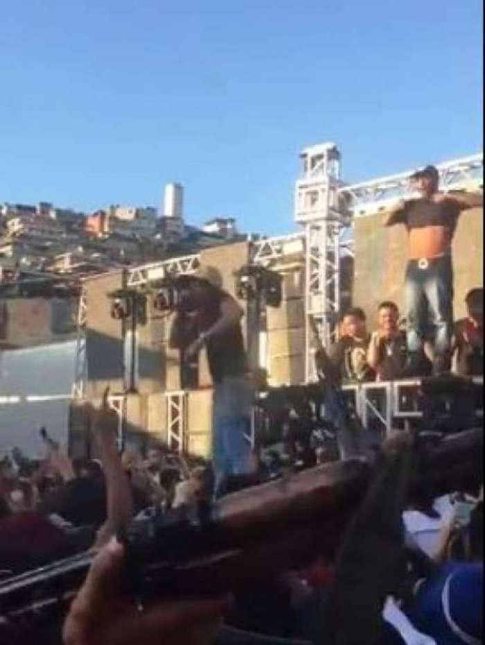 Enquanto MC Tikão canta, bandidos surgem armados com fuzis e pistolas no baile funk do Complexo da Penha