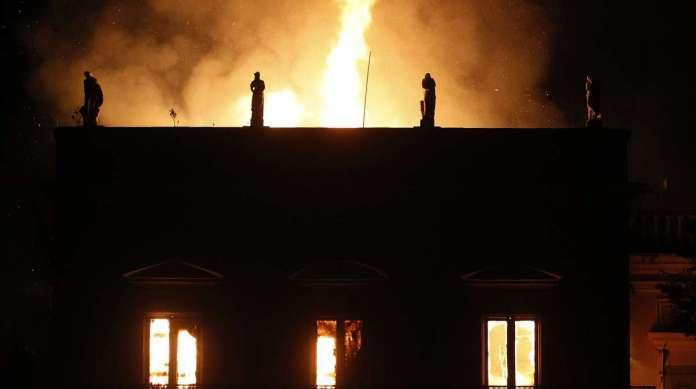 Incêndio destrói prédio do Museu Nacional: espaço estava irregular junto ao Corpo de Bombeiros