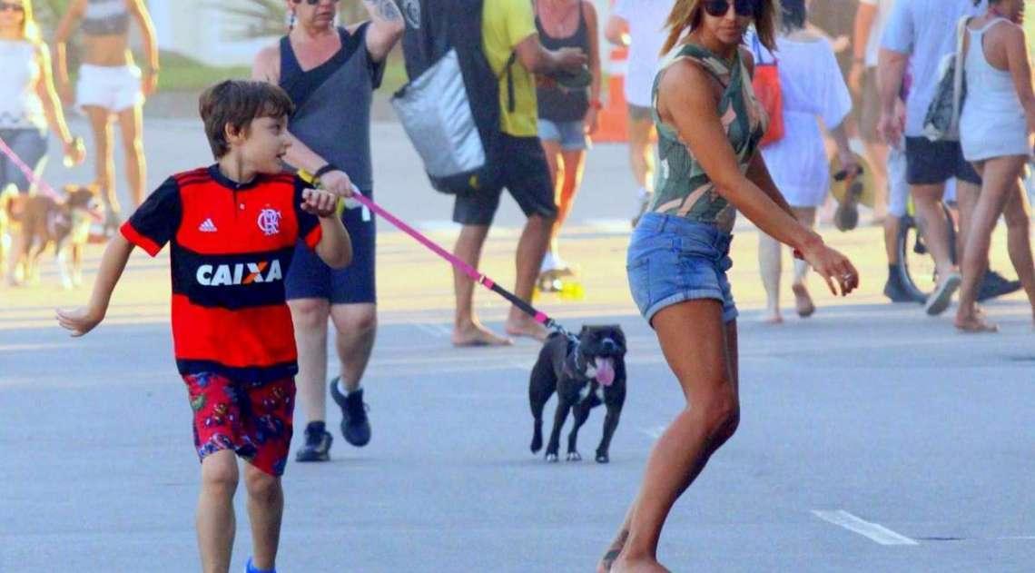 A jornalista Cristiane Dias anda de skate com o filho na orla do Leblon, na Zona Sul do Rio, na tarde de domingo