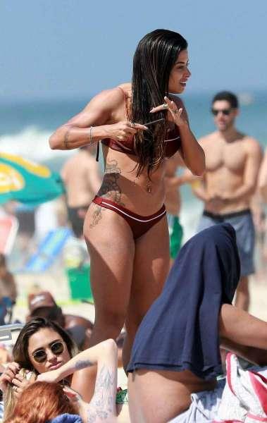 Aline Riscado curte dia de praia com amigas e o namorado, o ator Felipe Roque
