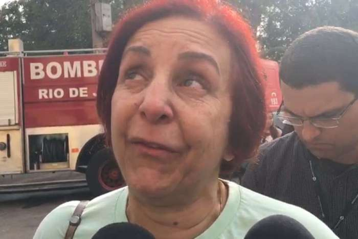 Pesquisadora de hist�ria, Regina Dantas, chora ao falar da destrui��o do pal�cio e acervo do Museu Nacional