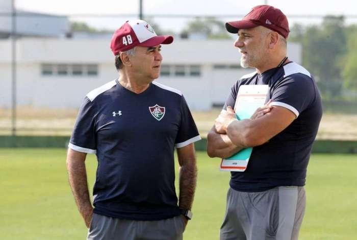 Marcelo Oliveira conversa com o técnico do sub-20, Léo Percovich