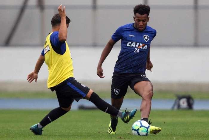 Moisés participa de treino no Nilton Santos: lateral-esquerdo adverte que o time precisa mostrar a cara