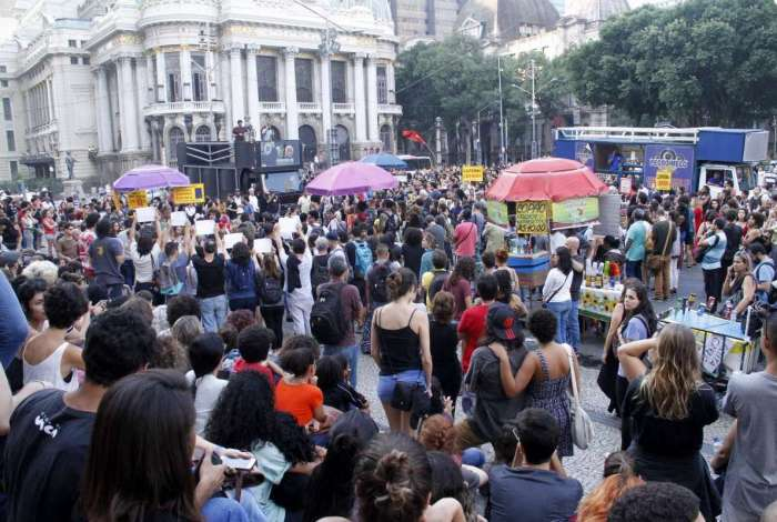 Estudantes se reúnem em protesto na Cinelândia, no Centro do Rio, contra a falta de investimentos em conservação de patrimônio histórico