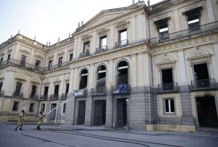 Bombeiros apagam pontos de fogo no Museu Nacional após incêndio