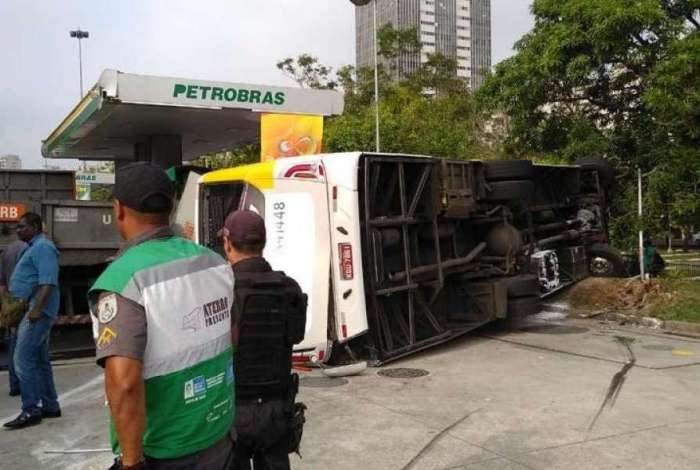 Ônibus capota, invade posto de gasolina e deixa feridos no Aterro do Flamengo