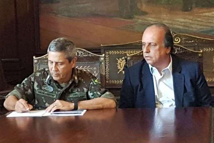 General Braga Netto e o governador Luiz Fernando Pezão assinam plano para regular as etapas da passagem da responsabilidade da intervenção