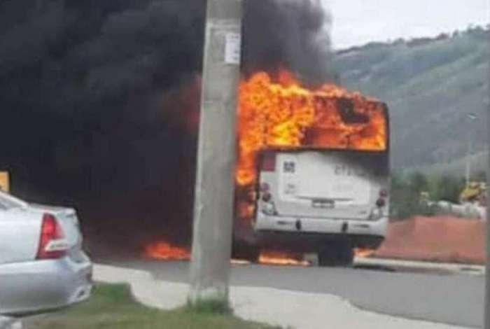 Ônibus é incendiado no Antares, na Zona Oeste