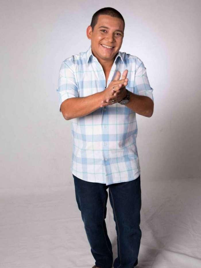 Juninho Thybau canta sucessos e recebe convidados na porta de casa