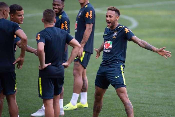 Neymar imita CR7 em comemoração