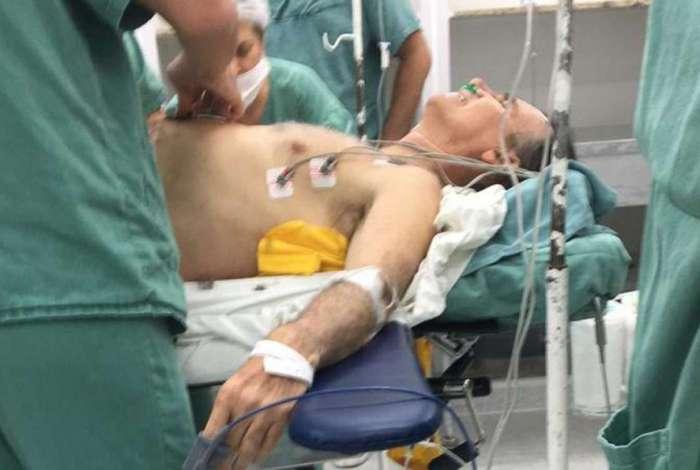 Jair Bolsonaro foi levado para a Santa Casa de Juiz de Fora e passou por cirurgia de emergência