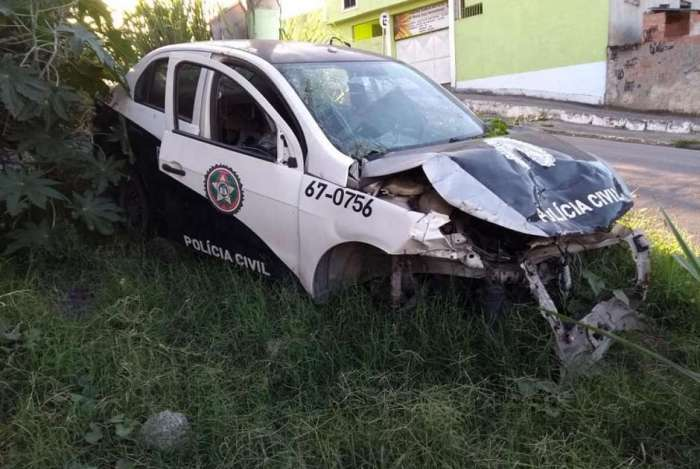 Viatura da Delegacia de Homicídios de Niterói ficou meses abandonada em um terreno baldio em São Gonçalo