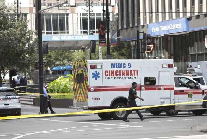 Policiais e bombeiros diante do prédio do Fifth Third Bank
