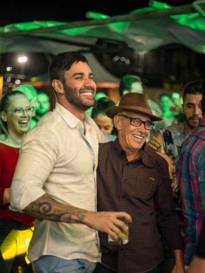 Gusttavo Lima comemora 29 anos em festa surpresa