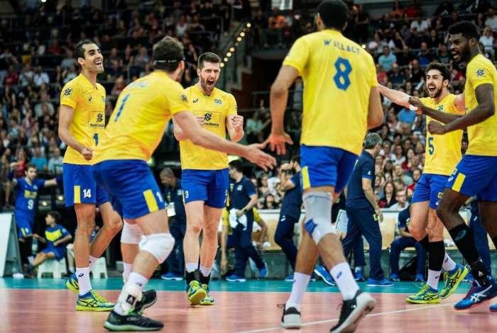 Brasileiros comemoram a vitória sobre os alemães em Leipzig