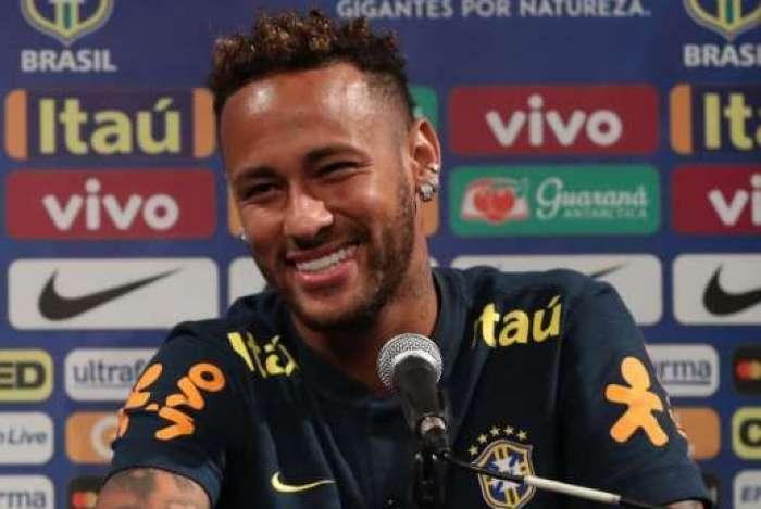 Neymar aparece com novo cabelo em treino da Seleção