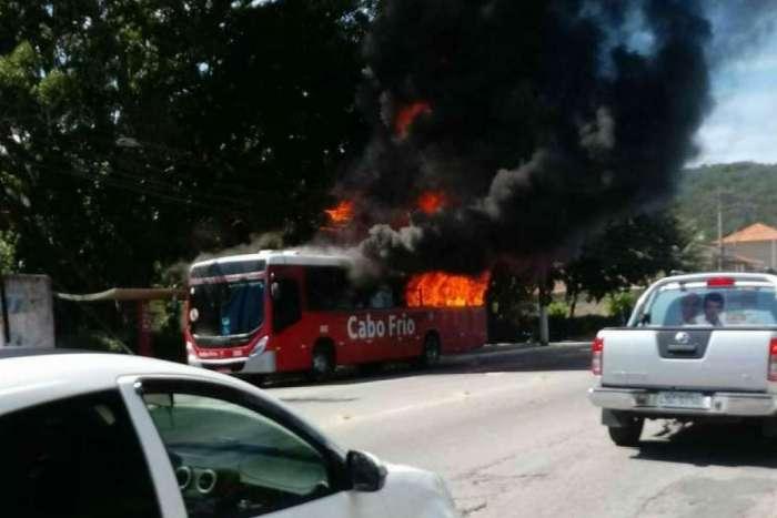 Ônibus foi incendiado no bairro Jacaré