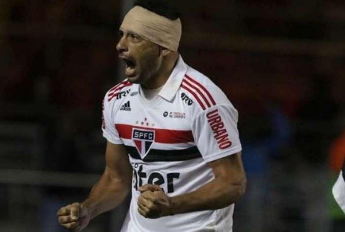 Diego Souza vibra com o gol