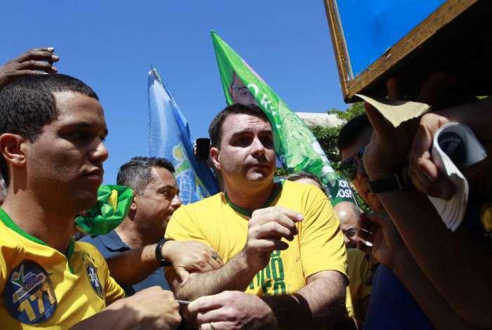 Número de Flavio Bolsonaro foi banido de usar WhatsApp