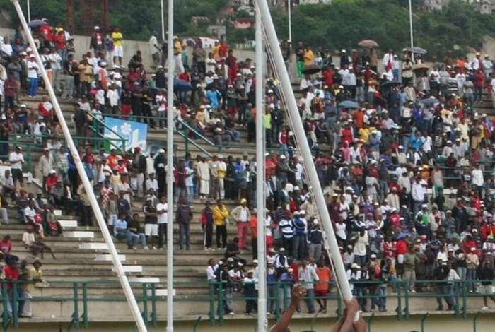 Torcida durante jogo entre Madagascar e Senegal. Partida foi marcada por tragédia na porta do estádio